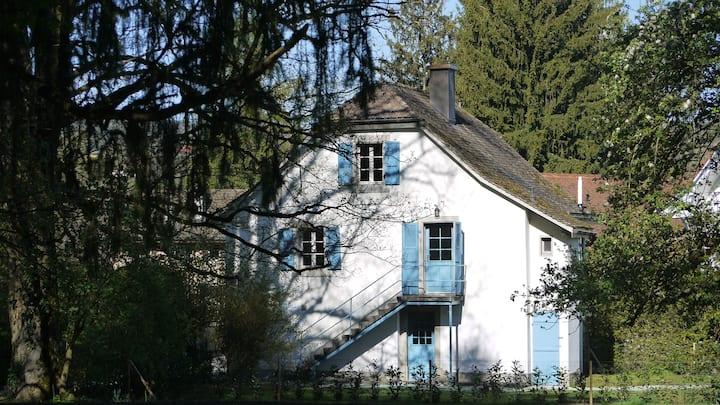 Maison traditionnelle suisse idéalement située