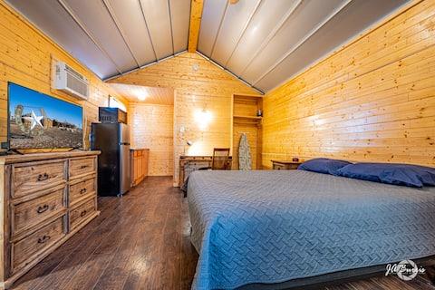 Private Cabin-Kitchenette, Brkfast, Laundry, WIFI