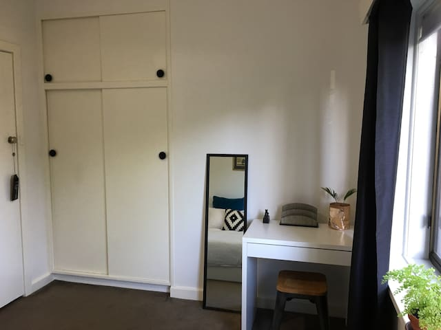 Lovely Hawthorn Apartment with WiFi.