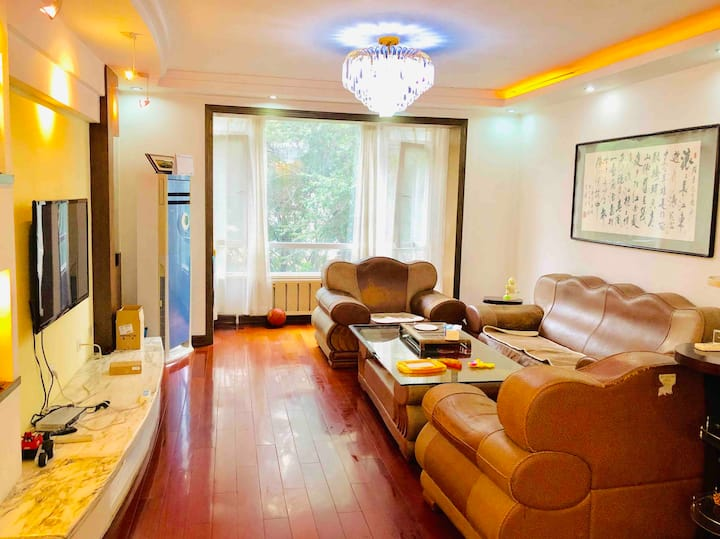 clean quiet room with balcony 带阳台带双人卧室 150平3室大房