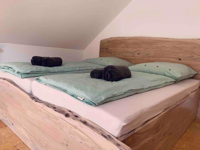 Leinen-Bettwäsche und drehbare Matratze (hart oder weich).