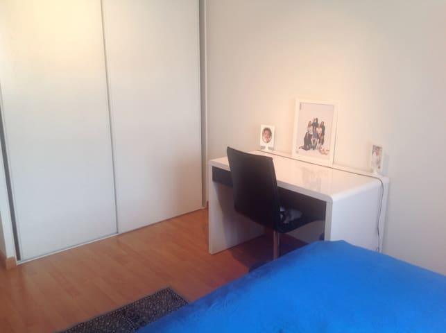 Bureau privé avec Wifi dans la chambre Balcon privée et un grand placard de Rangement pour vous seul (regardez nos autres photos de notre appartement)