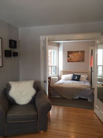 Cozy, bright apartment in trendy Ottawa St locale!