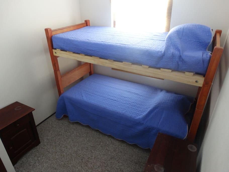 Dormitorio confortable para dos personas.