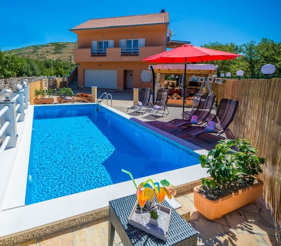 25%OFF !! VILLA COLORFUL HEATED POOL, JACUZZI, BBQ