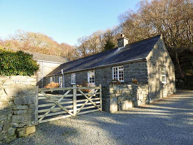 FARCHYNYS COURT COTTAGE, pet friendly in Barmouth, Ref 929754