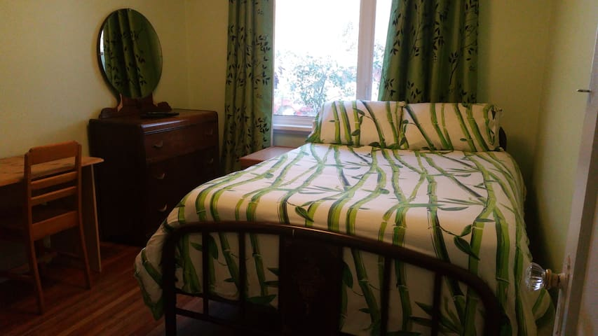 Room in lovely, vintage home, short/medium term.