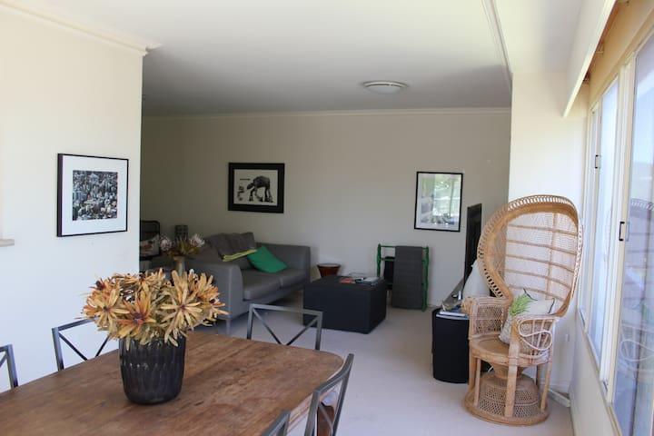 Modern 1BD with river glimpses - Claremont - Apartamento