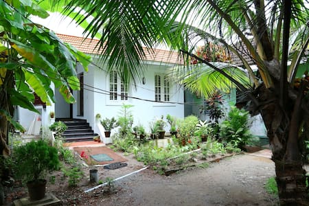 Coconut Grove Kochi- Guest Room 3 - Bed & Breakfast