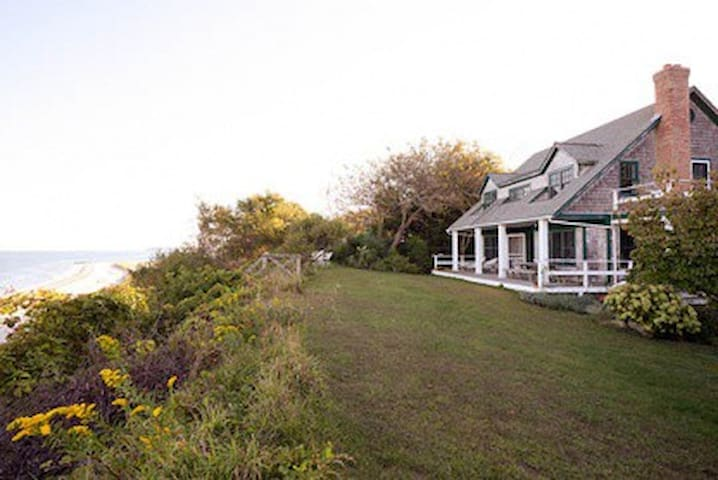 Beach front home, quiet and remote. - Peconic - Rumah