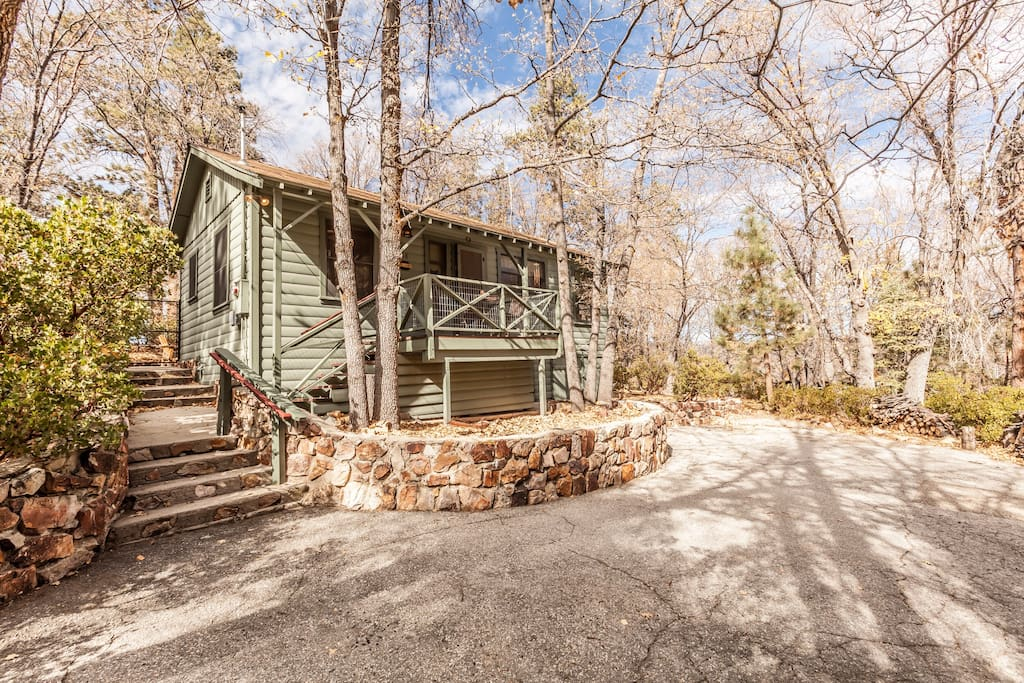 Classic Mountain style cabin on a heavily treed lot located steps to hiking trails, close to Village, ski resorts, and Big Bear Lake