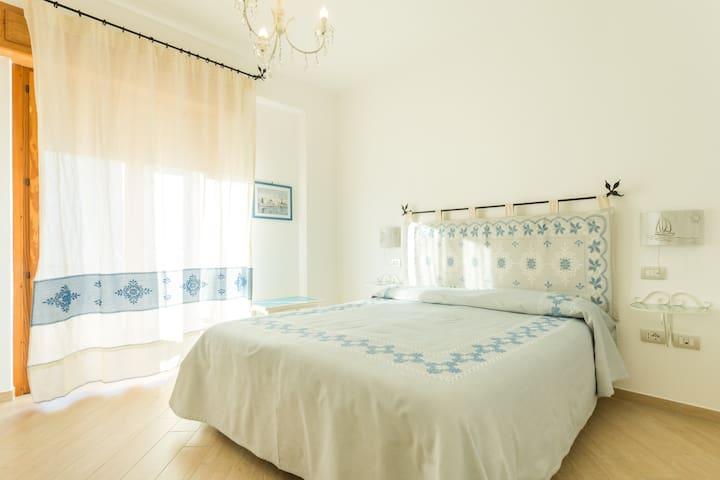 Camera con bagno, balcone, parcheggio e colazione