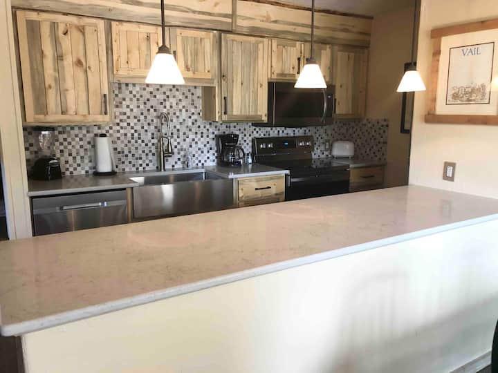 Steps to Gondola! New kitchen, Parking, Hot tub!