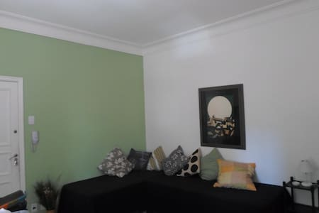 Beautiful conjugate, with small balcony in safe street next to San Salvador square, near the Christ the Redeemer, the subway to Copacabana and Ipanema. Wi-Fi, air conditioning, cable television, refrigerator, microwave, stove, iron, bed linen and bat