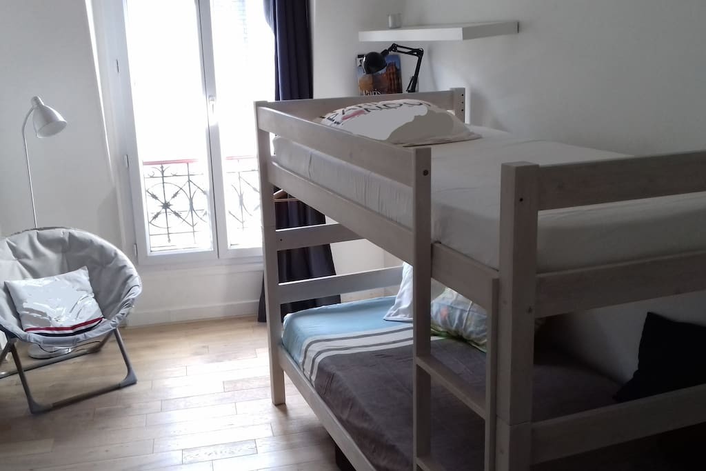 pièce à vivre: 2 lits 1 personne, superposés