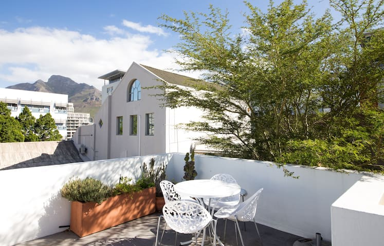 Beautiful classic bo kaap cottage with water!
