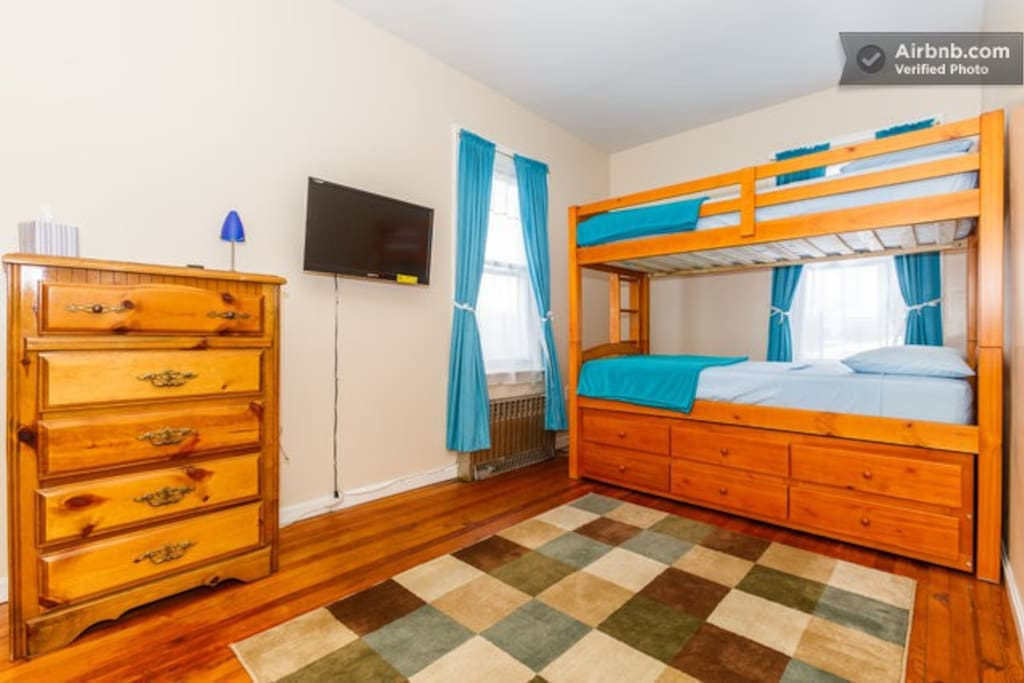 Bedroom with 3 twin beds