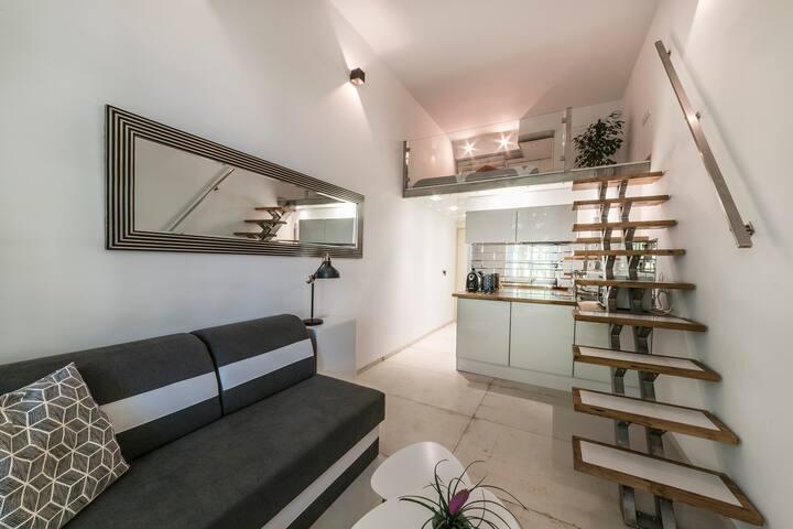 Loft apartment z antresolą