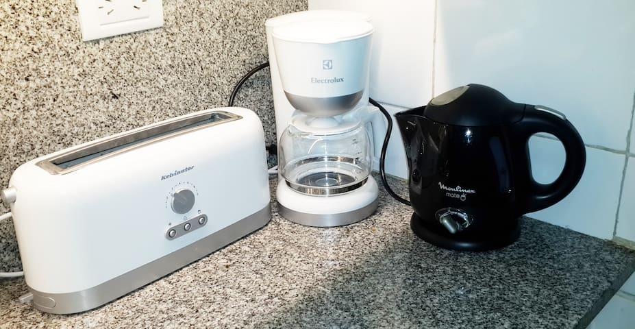Cafetera nueva y pava eléctrica. New coffe maker and electric boiler