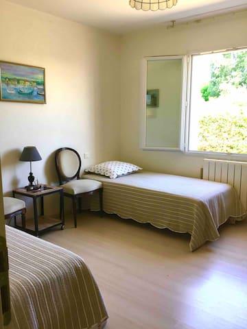 2ème Chambre. 2 lits 90. Fenêtre jardin derrière la maison