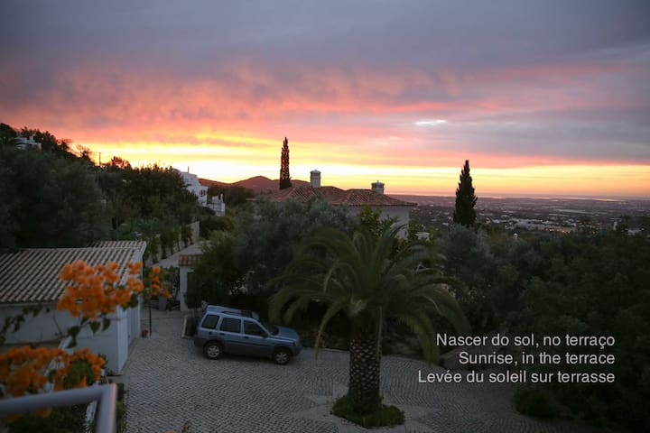 COME AND ENJOY A MAGNIFICENT VIEW! - Santa Bárbara de Nexe - Houten huisje