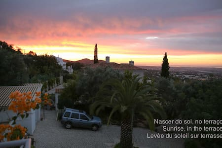 COME AND ENJOY A MAGNIFICENT VIEW! - Santa Bárbara de Nexe - Бунгало