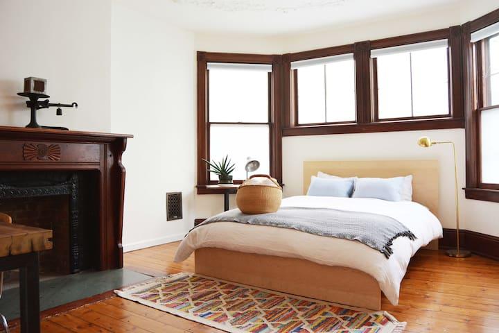 Bedroom #1, Queen bed