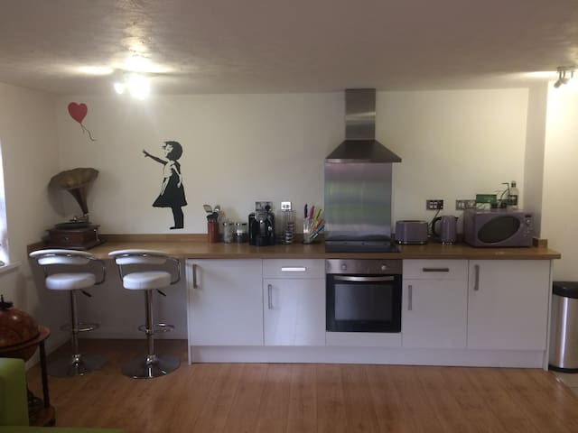 Quiet, modern flat, 5 minutes from Town & The Bay