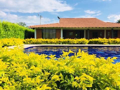 Disfrute cabaña cálida, con piscina y zonas verdes