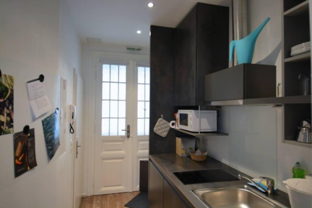 Küche mit Wohnungseingang
