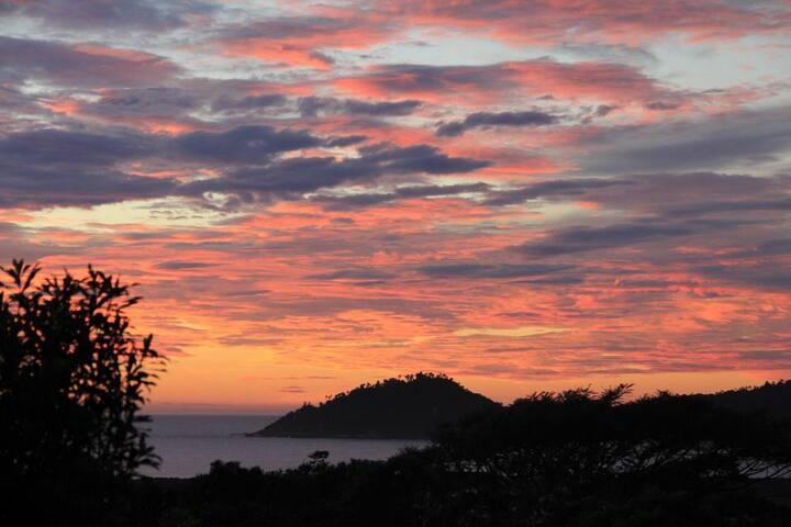 Casa integrada com a natureza, vista mar - Florianópolis - House