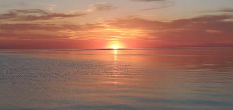 Lakefront Cottage w/Amazing Sunsets!!!