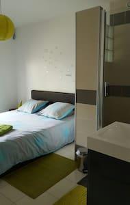 Chambre avec grande douche privée - Lisieux - 独立屋