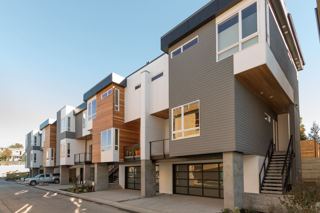 New Modern TownHome in Heart of Kirkland and minutes walk from Lake Washington Beach!