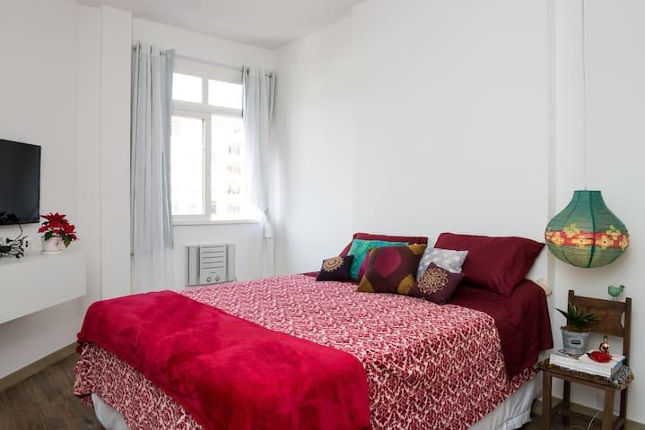 Quarto amplo com cama queen size - Copacabana