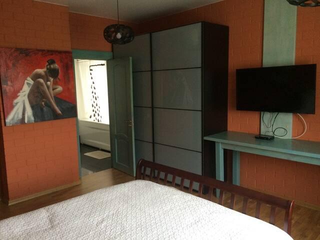 """Двухместная комната """"Красный Лофт"""" в частном доме"""
