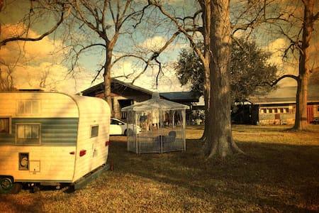 66 Fireball Camper @ The Whirlybird - Wohnwagen/Wohnmobil