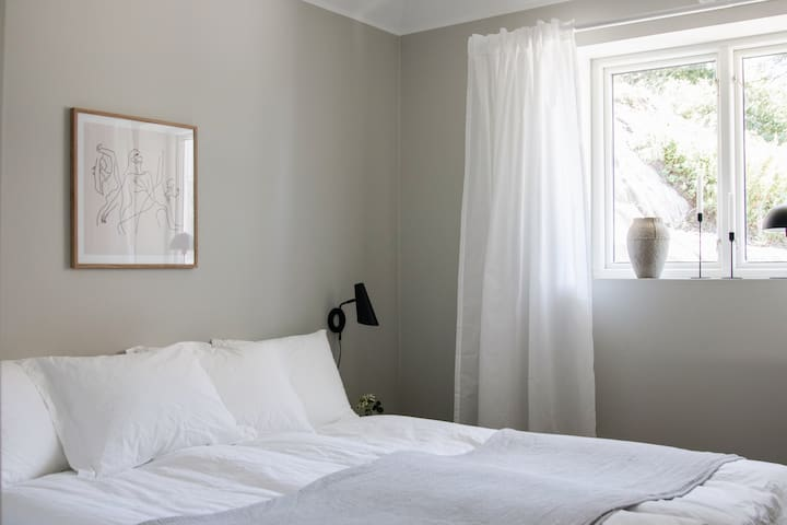The guest house has a separate bed room and an empty wardrobe so you can unpack properly.