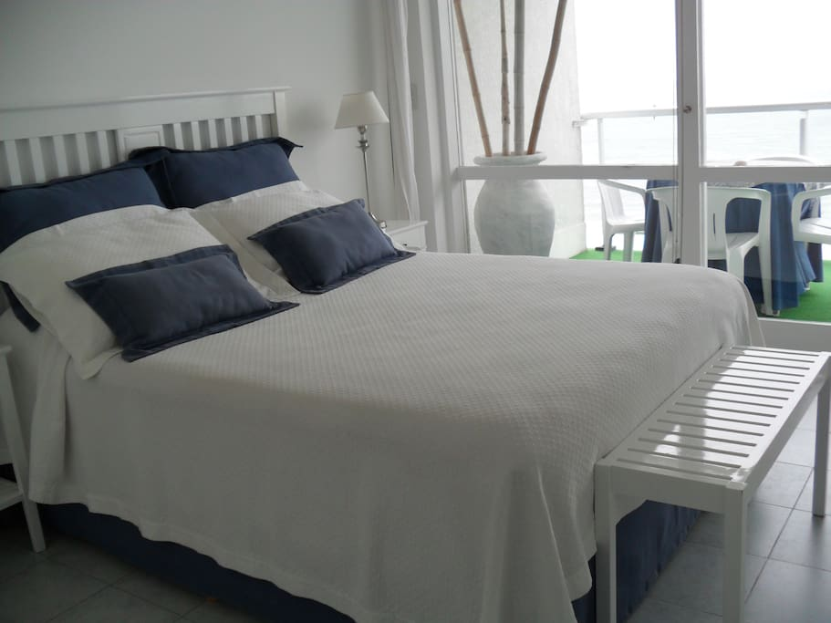 Cama Queen size con vista al mar