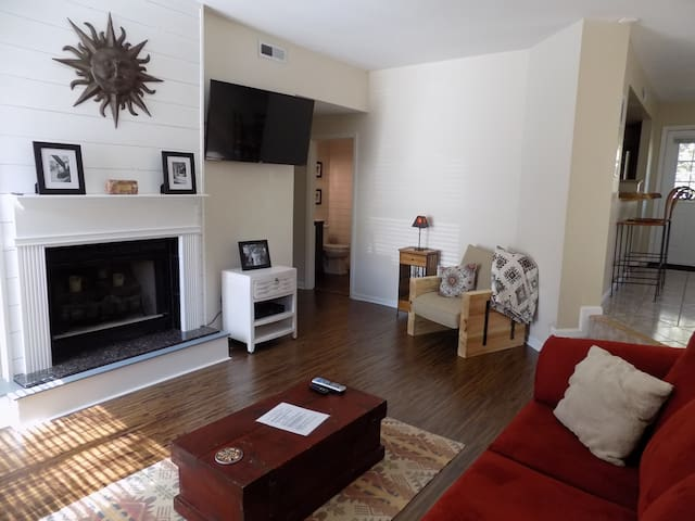 Just Remodeled Large Townhouse Super Location