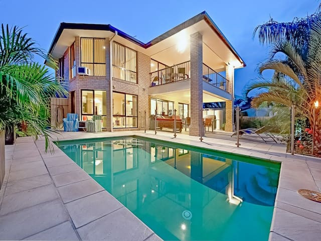 Waterfront Mansion with Master Bedroom incl Spa - Broadbeach Waters