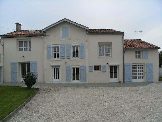 Rural house, sleeps 15, pool & WiFi - Varaize - House