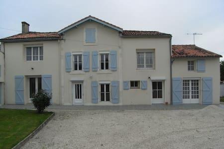 Rural house, sleeps 15, pool & WiFi - Varaize