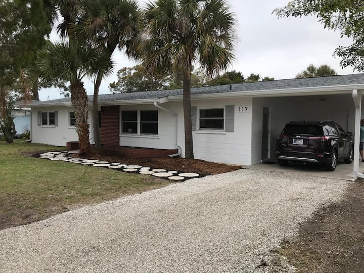 Walk to the beach! clean, new remodeled 3 bedroom