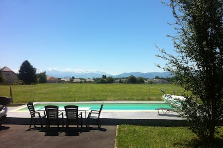 Cottage + VIEW PYRENEES FROM YOUR BED + breakfast