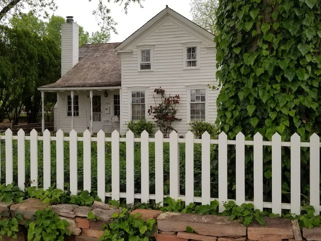 charming Pioneer House - 3 blocks to downtown!