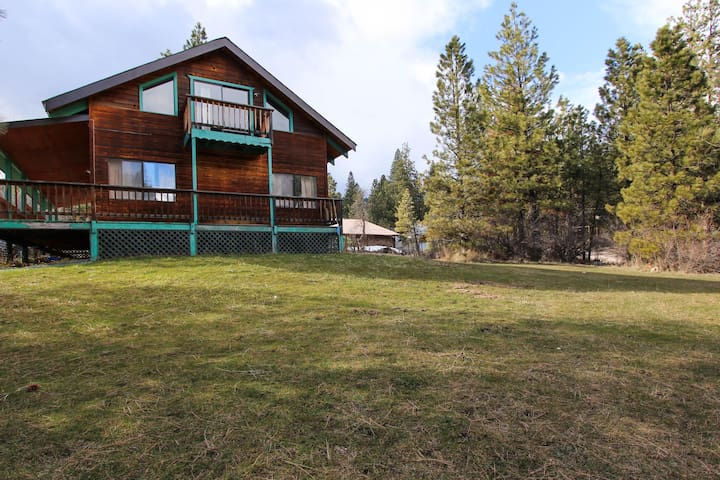 Dog-friendly cabin w/ shared pool and hot tub plus wrap-around porch & deck