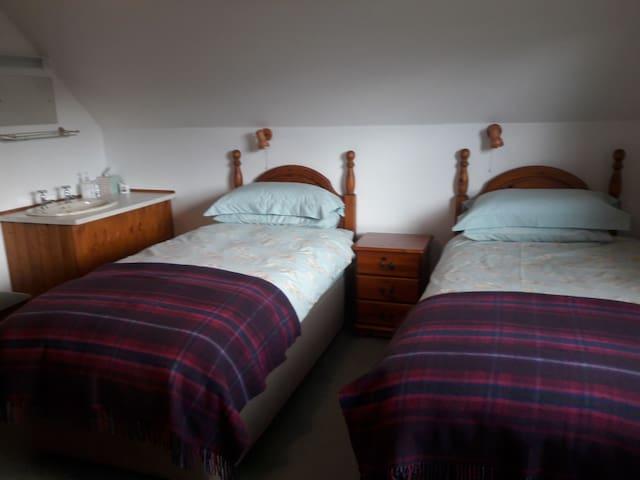 Upper Diabaig Farm Twin room with wet room