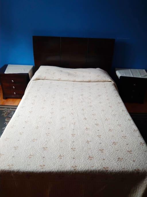 Dormitorio con cama doble,  para un huésped o pareja.