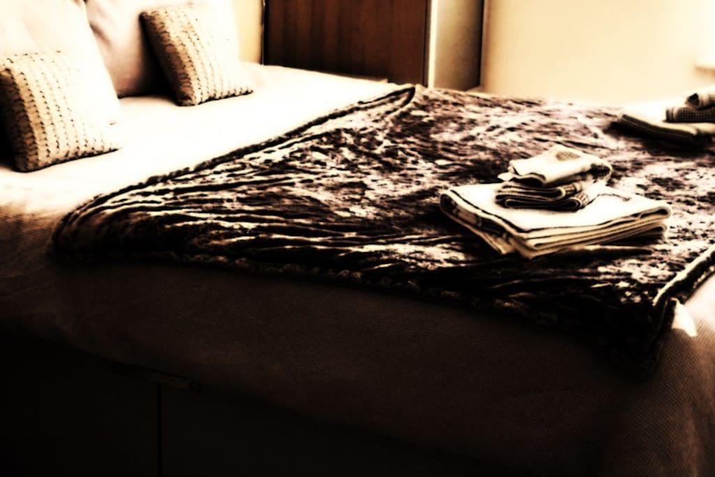 Kingsize bed with memory foam mattress.